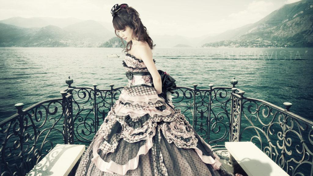 湖に佇むドレスの女性